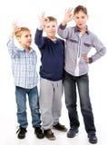 Enfants heureux donnant le signe en bon état Image stock