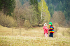 Enfants heureux en nature Photos stock