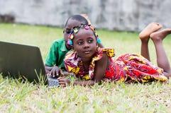 Enfants heureux en nature extérieure photo stock