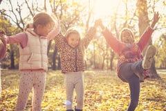 Enfants heureux en parc tenant des mains Photos libres de droits