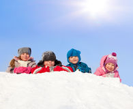 Enfants heureux en stationnement de l'hiver Photos libres de droits