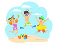 Enfants heureux, enfants sautant pour la joie sur la plage Images libres de droits