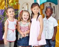 Enfants heureux ensemble dans enfants photos libres de droits