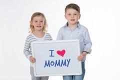 Enfants heureux envoyant le massage à la maman image libre de droits