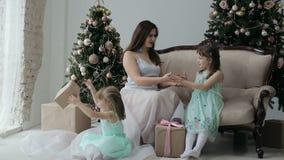 fd5843aac2342 Enfants heureux et mère jouant avec des cadeaux de Noël, nouvelle année  banque de vidéos