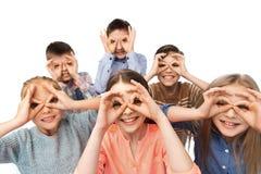 Enfants heureux faisant des visages et ayant l'amusement Photo stock