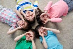 Enfants heureux faisant des visages et ayant l'amusement Photos stock