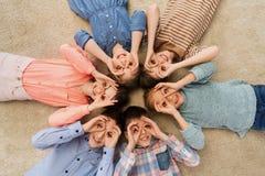 Enfants heureux faisant des visages et ayant l'amusement Photographie stock