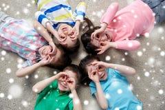 Enfants heureux faisant des visages et ayant l'amusement Images libres de droits
