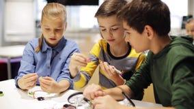 Enfants heureux faisant la haute cinq à l'école de robotique banque de vidéos