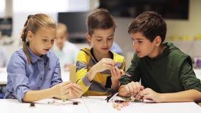Enfants heureux faisant la haute cinq à l'école de robotique