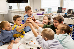 Enfants heureux faisant la haute cinq à l'école de robotique Photos libres de droits