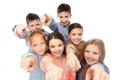 Enfants heureux indiquant le doigt vous Photos libres de droits