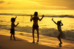 Enfants heureux jouant à la plage Image stock
