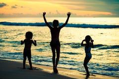 Enfants heureux jouant à la plage Image libre de droits