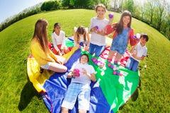Enfants heureux jouant avec les boules colorées en parc Photos libres de droits