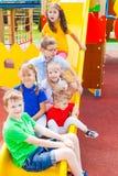 Enfants heureux jouant dehors Image stock