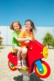 Enfants heureux jouant dehors Photos libres de droits
