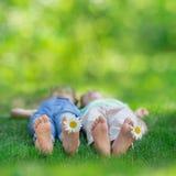 Enfants heureux jouant dehors Images libres de droits