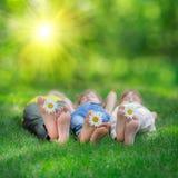 Enfants heureux jouant dehors Photo stock