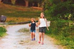 Enfants heureux jouant dehors Photographie stock