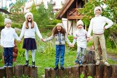 Enfants heureux jouant dehors et criant Images stock