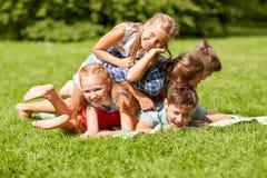 Enfants heureux jouant et ayant l'amusement en parc d'été Photographie stock libre de droits