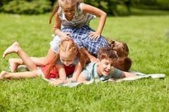 Enfants heureux jouant et ayant l'amusement en parc d'été Image stock