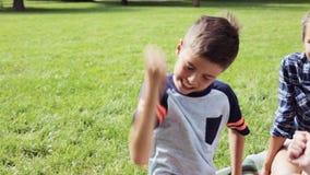 Enfants heureux jouant le jeu de roche-papier-ciseaux clips vidéos