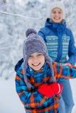 Enfants heureux jouant le jour neigeux d'hiver photographie stock libre de droits