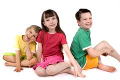Enfants heureux jouant sur l'étage Photographie stock libre de droits