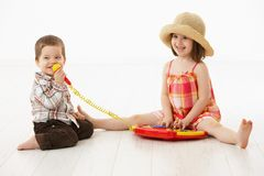 Petits enfants jouant avec l'instrument de jouet image stock