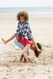 Enfants heureux jouant sur la plage Photos stock