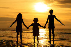 Enfants heureux jouant sur la plage Image stock