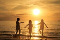 Enfants heureux jouant sur la plage Image libre de droits