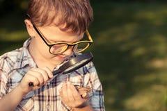 Enfants heureux jouant sur le champ au temps de jour Photographie stock