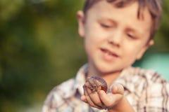 Enfants heureux jouant sur le champ au temps de jour Photo stock
