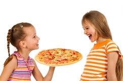 Enfants heureux mangeant de la pizza image libre de droits