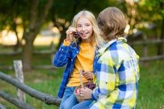 Enfants heureux mangeant des fruits de panier de pique-nique Photographie stock