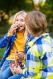 Enfants heureux mangeant des raisins ou des fruits de pique-nique Photo libre de droits