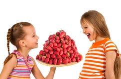 Enfants heureux mangeant les fraises mûres savoureuses image libre de droits