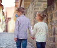 Enfants heureux marchant dans la ville ensoleillée Images libres de droits