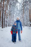 Enfants heureux marchant et ayant l'amusement le jour neigeux d'hiver Photo libre de droits