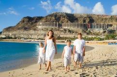 Enfants heureux marchant sur la plage Photos stock