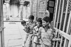 Enfants heureux me souhaitant la bienvenue Images stock