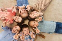 Enfants heureux montrant le signe de main de paix Photographie stock