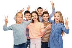 Enfants heureux montrant le signe de main de paix Photo libre de droits