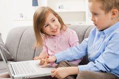 Enfants heureux parcourant l'Internet image libre de droits