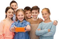 Enfants heureux parlant le selfie par le smartphone Photos stock