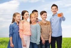 Enfants heureux parlant le selfie par le smartphone Image stock